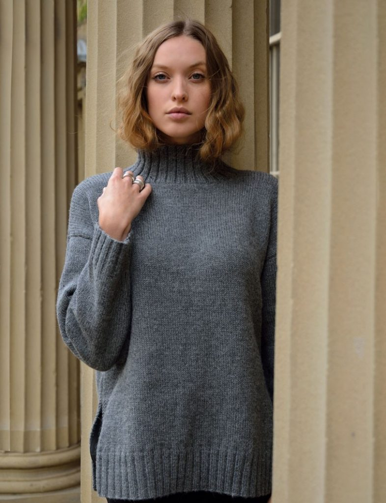пуловер спицами лицевой гладью